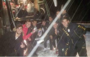 Los jugadores del Badajoz se fotografían, mientras que el autobús no...