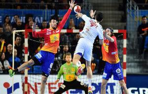 Lazarov lanza a puerta ante Guardiola y Morros.