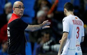 Jordi Ribera hace una indicación a los árbitros.