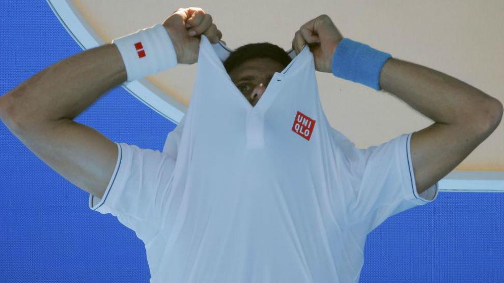 Djokovic se saca la camiseta