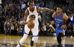 Kevin Durant (Warriors) superando a Russell Westbrook (Thunder)