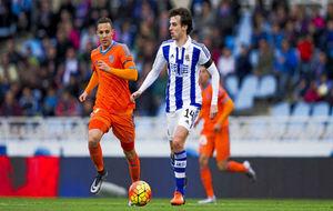 Rubén Pardo conduce un balón ante Rodrigo