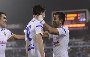 Ángel celebra un gol con Lanzarote en La Romareda en presencia de...