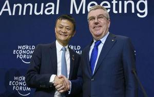 Thomas Bach, presidente del COI, junto a Jack Ma, presidente de...