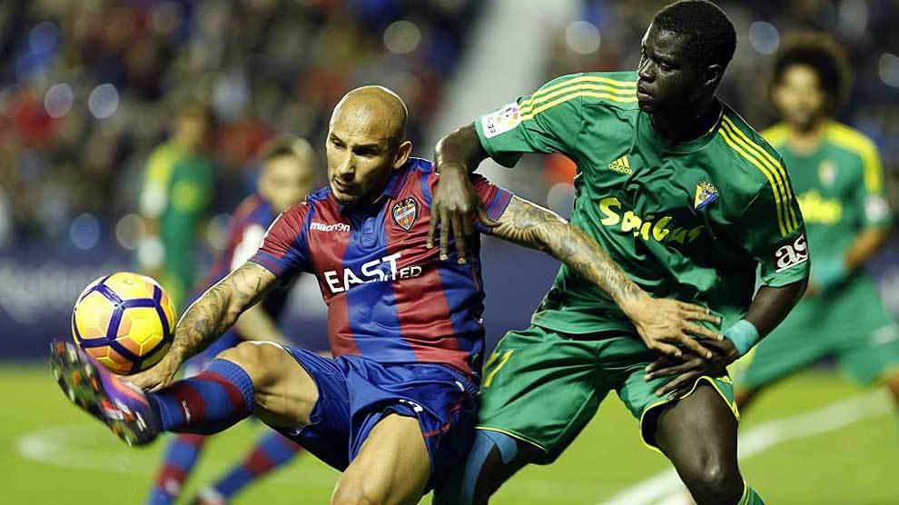 Rafael Martins controla ante Sankaré durante el partido ante el...