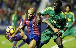Rafael Martins controla ante Sankar� durante el partido ante el...