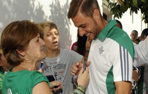 Joaquín, con una aficionada del Betis.