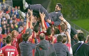 Los jugadores de la selección de Serbia sub-20 mantean a Paunovic...