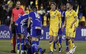 Los jugadores del Alcorc�n protestan a �lvarez Izquierdo un lance...