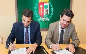 Ignacio Ardila (izquierda) y Fidel Rodríguez firman la renovación...