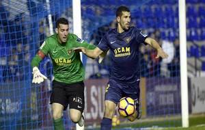 Tekio, junto a su portero Biel Rivas, durante el partido reciente ante...