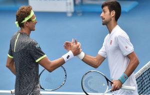 Istomin se saluda en la red con Djokovic