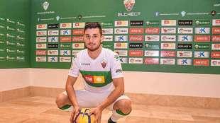 Borja Valle posa ya con su nueva camiseta en el Martínez Valero