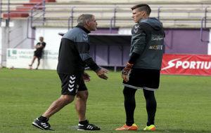 Paco Herrera (63), hablando con Becerra (28) en un entrenamiento