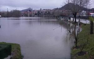Los terrenos de juego de Landare Toki, inundados de agua