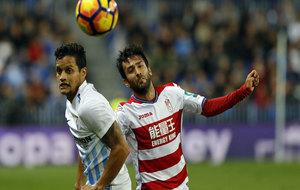 Bueno pelea un balón durante un partido ante el Málaga.