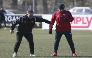 Juan Antonio Anquela y Vinícius Araújo, en el entrenamiento de este...