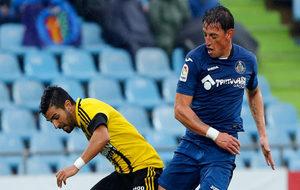 Gorosito lucha un balón en el encuentro frente al Real Zaragoza