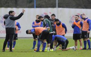 Hierro (48), dirigiendo la sesión de entrenamiento del Oviedo