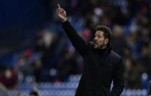 Simeone da órdenes a sus jugadores ante el Eibar.