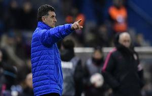 Mendilibar da indicaciones a sus jugadores ante el Atlético.