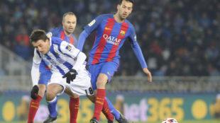 Busquets lucha por un balón junto a Oyarzabal.