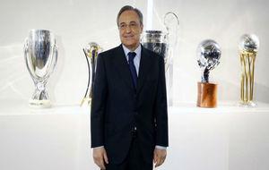 Florentino Pérez junto a los últimos trofeos conquistados por el...