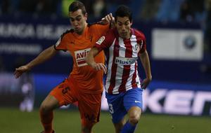 Gaitán disputando un balón a Escalante durante el partido de Copa...