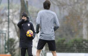 Valverde señala a Iturraspe durante un entrenamiento