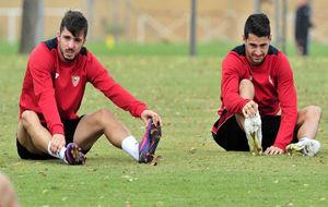 Sarabia y Vitolo estiran durante un entrenamiento.