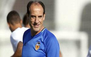 Voro sonríe en un entrenamiento con el Valencia.