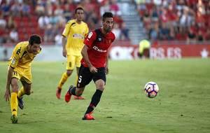 Albístegui persigue a Juan Rodríguez durante el partido en Mallorca