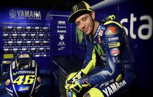 Valentino Rossi posando con la nueva Yamaha