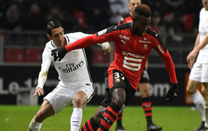 Di Maria disputa el balón en el encuentro frente al Rennes