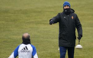 Raúl Agné da instrucciones en el entrenamiento de este viernes.