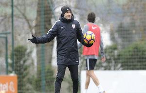 Ernesto Valverde dirigiendo un entrenamiento