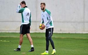 Germán Pezzella, con un balón en las manos en el entrenamiento de...