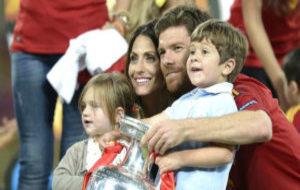 Xabi Alonso, Nagore Namburu y sus hijos Emma y Jontxu