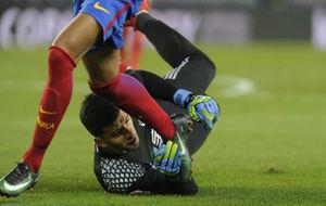 Momento de la acción entre Rulli y Neymar.