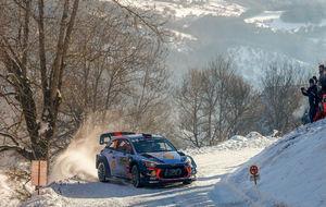 Thierry Neuville, durante uno de los tramos nevados de la segunda...