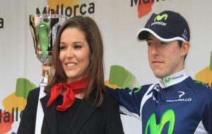 Madrazo, en el podio de la Challenge de Mallorca, junto a una azafata