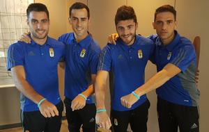 Los jugadores del Oviedo muestran la pulsera del 'sueño de...