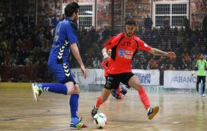Rafael golpea el balón ante la presencia de Carlitos.