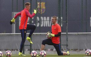 Ter Stegen y Cillesen durante un entrenamiento del FC Barcelona.