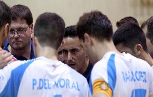 Óscar Redondo dando instrucciones durante un partido.