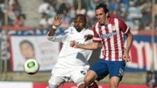 Godín pugna por el balón con un jugador de Nacional durante el...