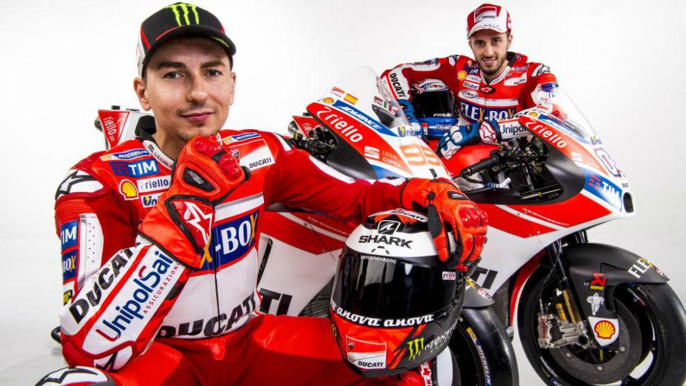 Jorge Lorenzo y Andrea Dovizioso posando con la Ducati