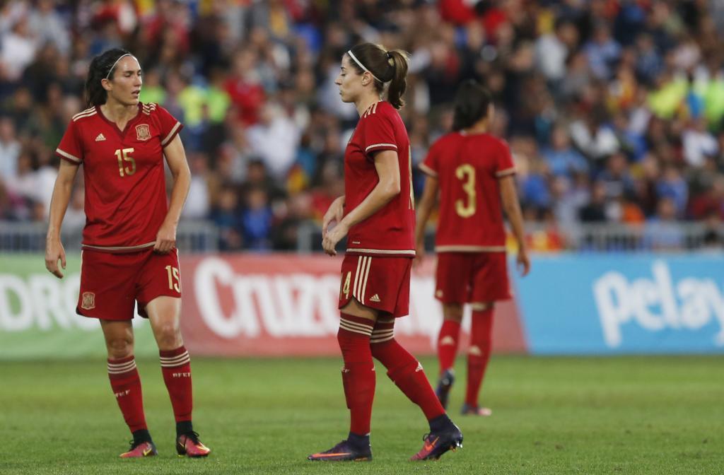 Silvia Meseguer y Vicky Losada, durante un amistoso ante Inglaterra.