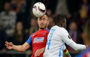 Tosca despeja de cabeza en un partido de la Europa League