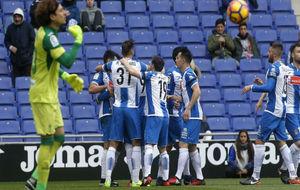 Los jugadores del Espanyol celebran el gol de Reyes